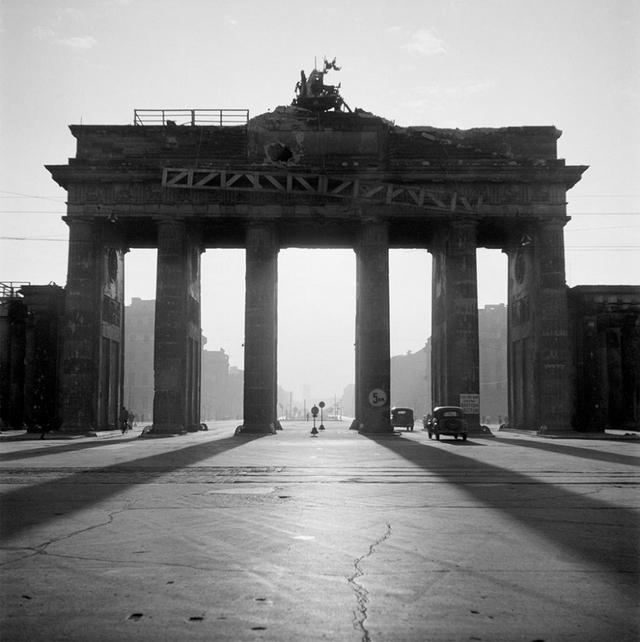 1946_brandenburgi_kapu_berlinben_foto_werner_bischof.jpg