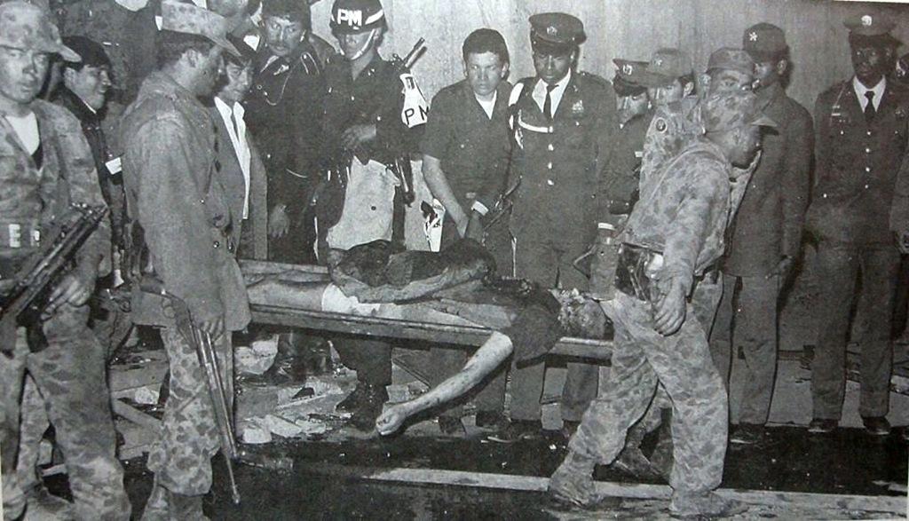 1985_andres_almarales_a_boliviai_m-19_kommunista_gerillacsoport_egyik_vezetojenek_holttestek_viszik_ki_az_igazsagugyi_minszterium_epuletebol_miutan_a_sikertelen_tuszejtes_utan_valoszinuleg_ongyilkossagot_kovetett_el.jpg