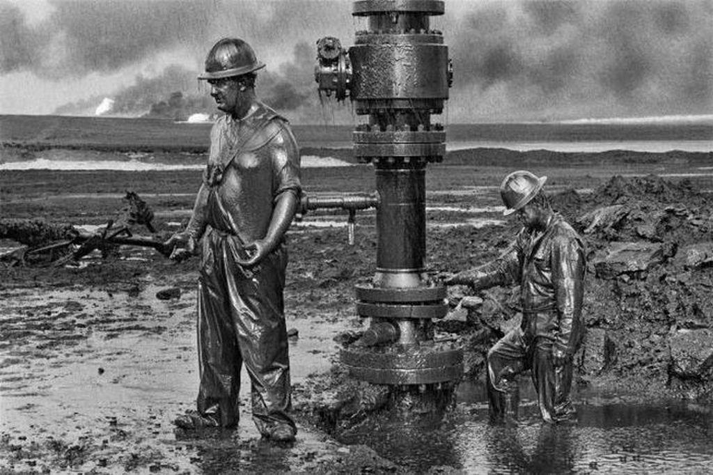 1991_kanadai_olajmunkasok_allitjak_helyre_a_visszavonulo_irakiak_altal_felrobbantott_olajkutakat.jpg