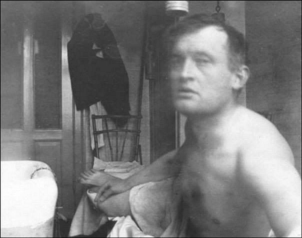 1908_edvard_munch_szelfije_egy_koppenhagai_pszichiatriai_klinikan.jpg