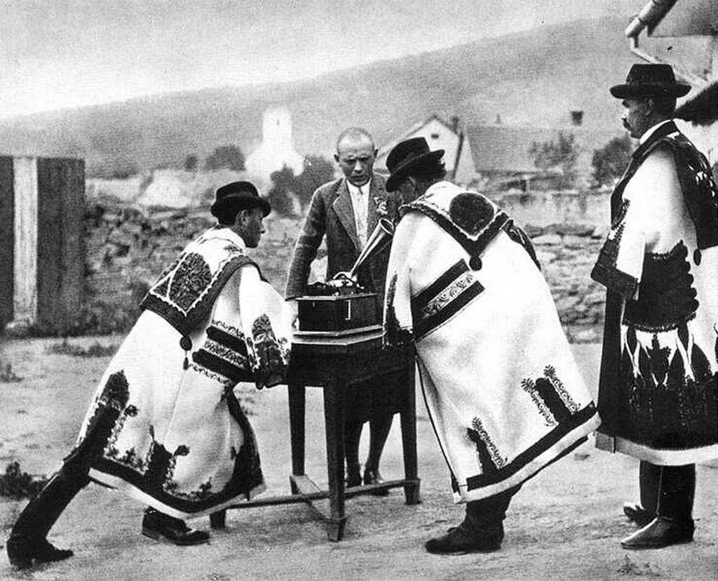 1932_korul_lajtha_laszlo_nepdalkutato_dalokat_gyujt_fonograffal.jpg