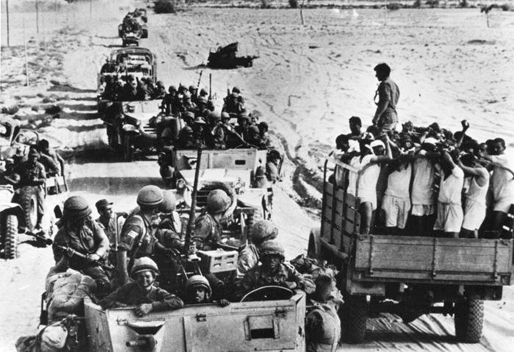 1967_izraeli_katonak_egyiptomi_foglyaikkal_a_hatnapos_haboru_idejen_a_sinai-sivatagban.jpg