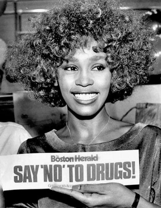 1986_mondj_nemet_a_drogokra_hirdeti_a_drogtuladagolasban_azota_elhunyt_whitney_houston.jpg