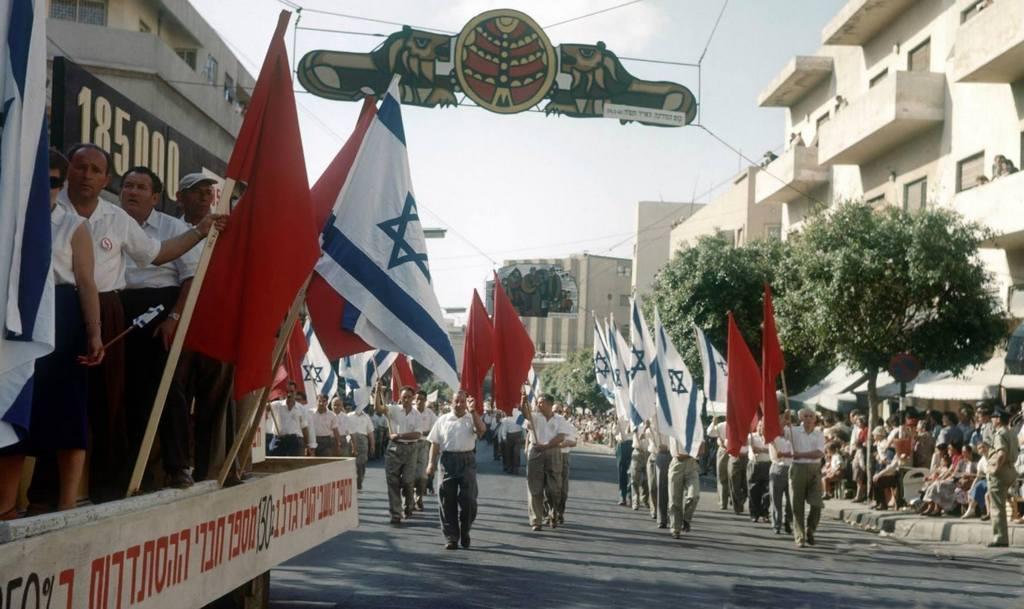 1958_majus_elsejei_felvonulas_tel_avivban_izraelben.jpg