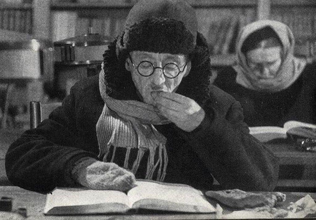 1942-43_tele_a_futetlen_leningradi_konyvtar_olvasoterme_a_nemet_ostromgyuruben.jpeg