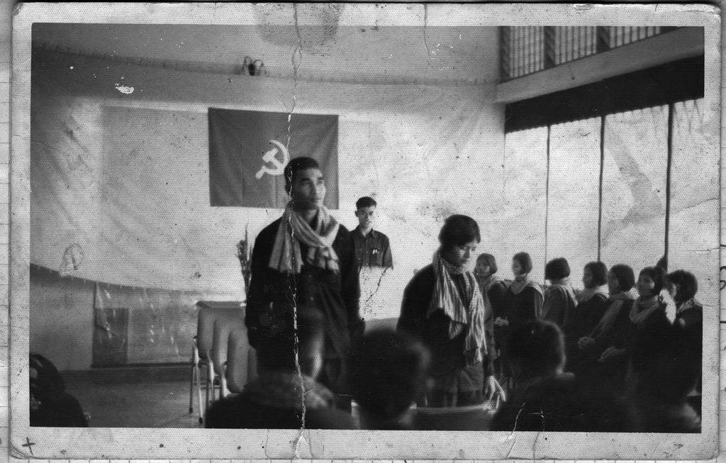 1977_a_kambodzsai_pol-pot_kommunista_rezsimje_idejen_a_lakossagszam_noveleset_elosegitendo_kotelezo_eskuvok_egyike_veletlenszeruen_jeloltek_ki_a_parok_tagjait_akiket_akaratuk_ellenere_osszeadtak.jpeg