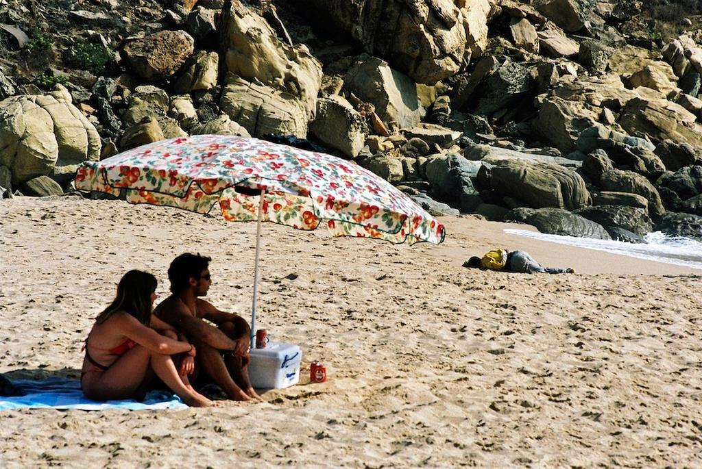 2000_turistak_egy_bevandorlo_partra_vetett_holtteste_mellett_a_spanyol_zahara_de_los_atunes_tengerpartjan.jpeg