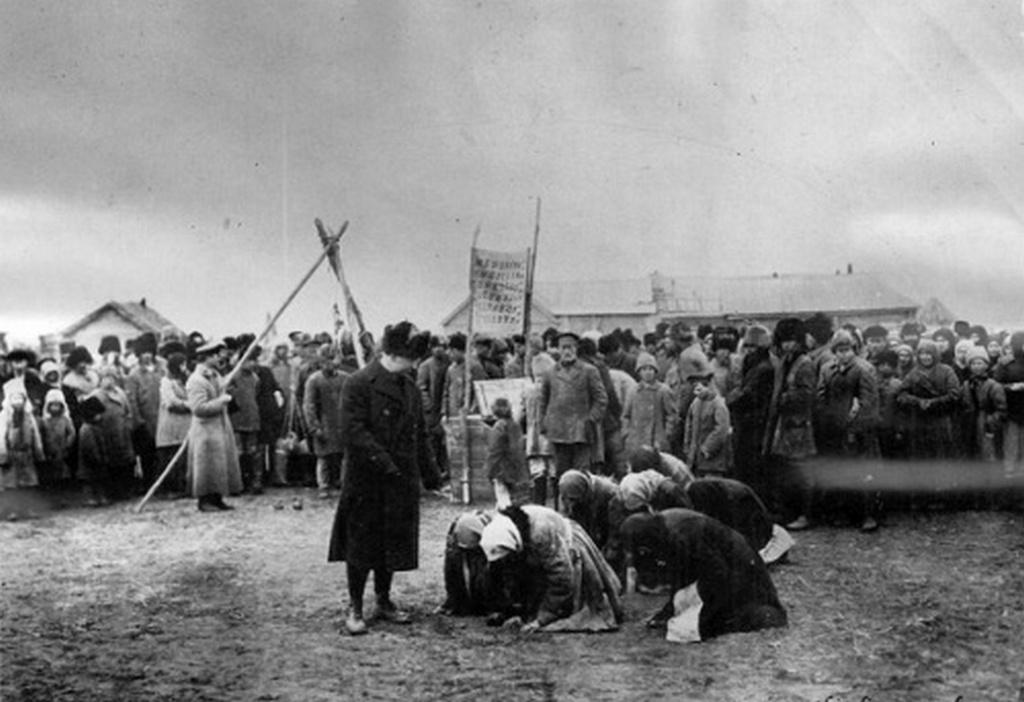 1922_az_amerikai_elelmiszeradomanyt_koszonik_meg_a_falusi_asszonyok_az_ehinseg_idejen_szovjetunio_szamara_korzet_vasziljevka.jpeg