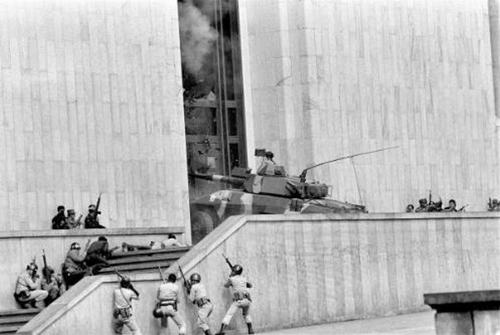 1985_a_bogotai_igazsagugyi_palota_ostroma_az_m-19_kommunista_szervezet_kolumbiai_szarnya_foglalta_el_tuszokat_ejtve.jpeg