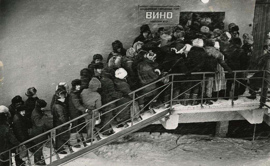 1985_a_szovjet-tavolkeleti_csukcsfold_kozpontja_anadir_varosaban_egy_italbolt_elotti_tomott_sor_uj_szallitmany_erkezett.jpeg