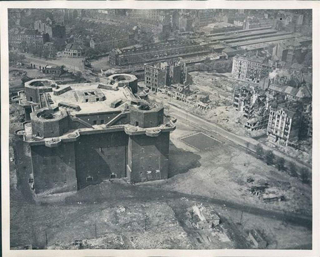 1945_az_egyik_berlini_flakturm_azaz_legvedelmi_torony.jpg