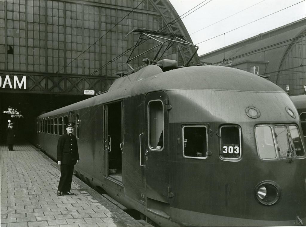 1939_eletromos_vonat_hollandiaban_az_amsterdami_palyaudvaron.png