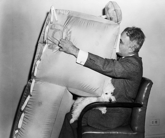1957_asszen_jordanov_bolgar_feltalalo_utasszallitu_repulogepekbe_tervezett_legzsakja.jpeg