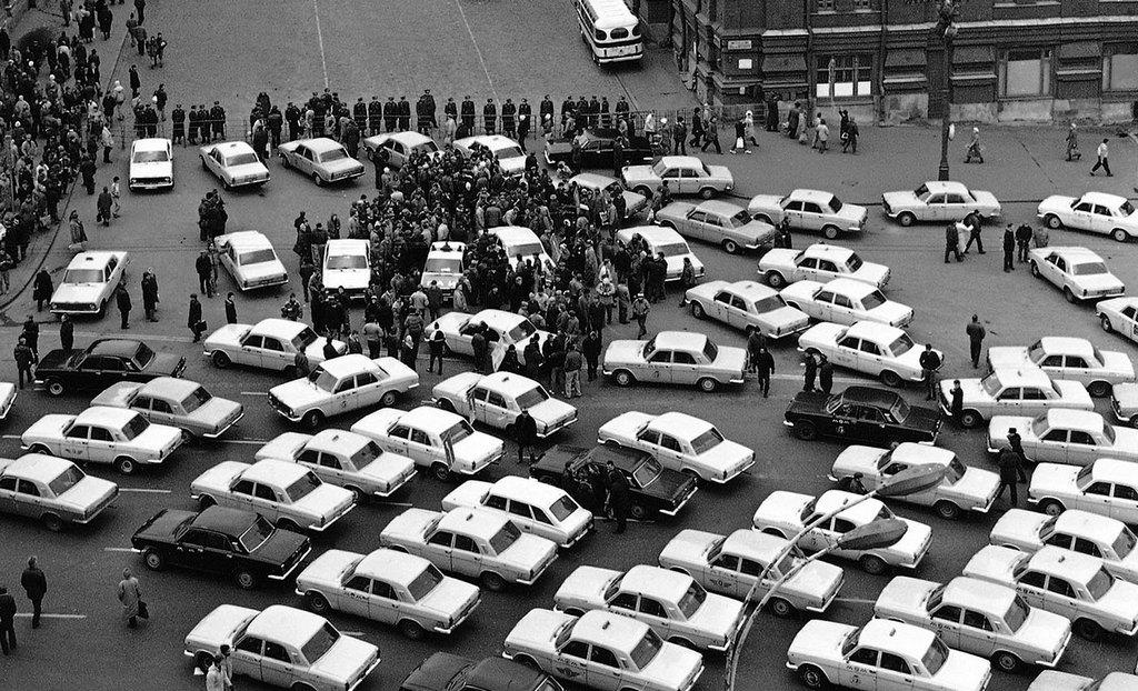 1991_taxisblokad_moszkvaban_a_soforok_az_azeri_maffia_altal_felosztott_taxisdrosztok_miatt_tuntettek.jpeg
