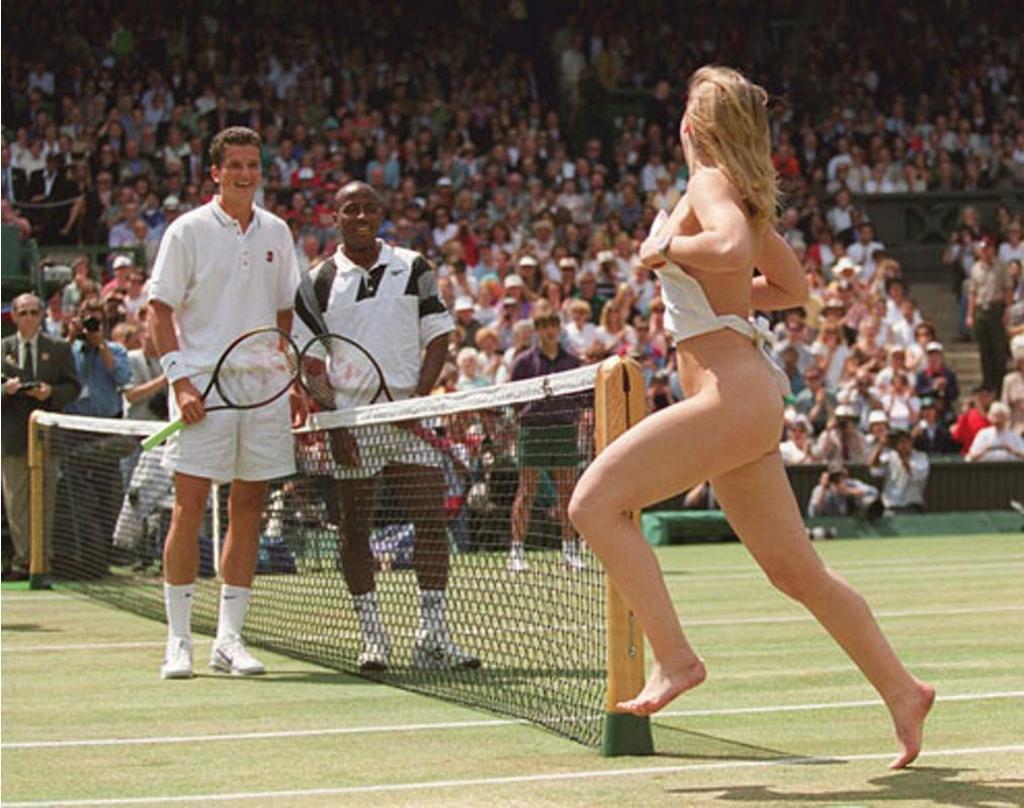 1996_a_wimbledoni_teniszdontore_beszaladt_aluloltozott_holgy.jpeg