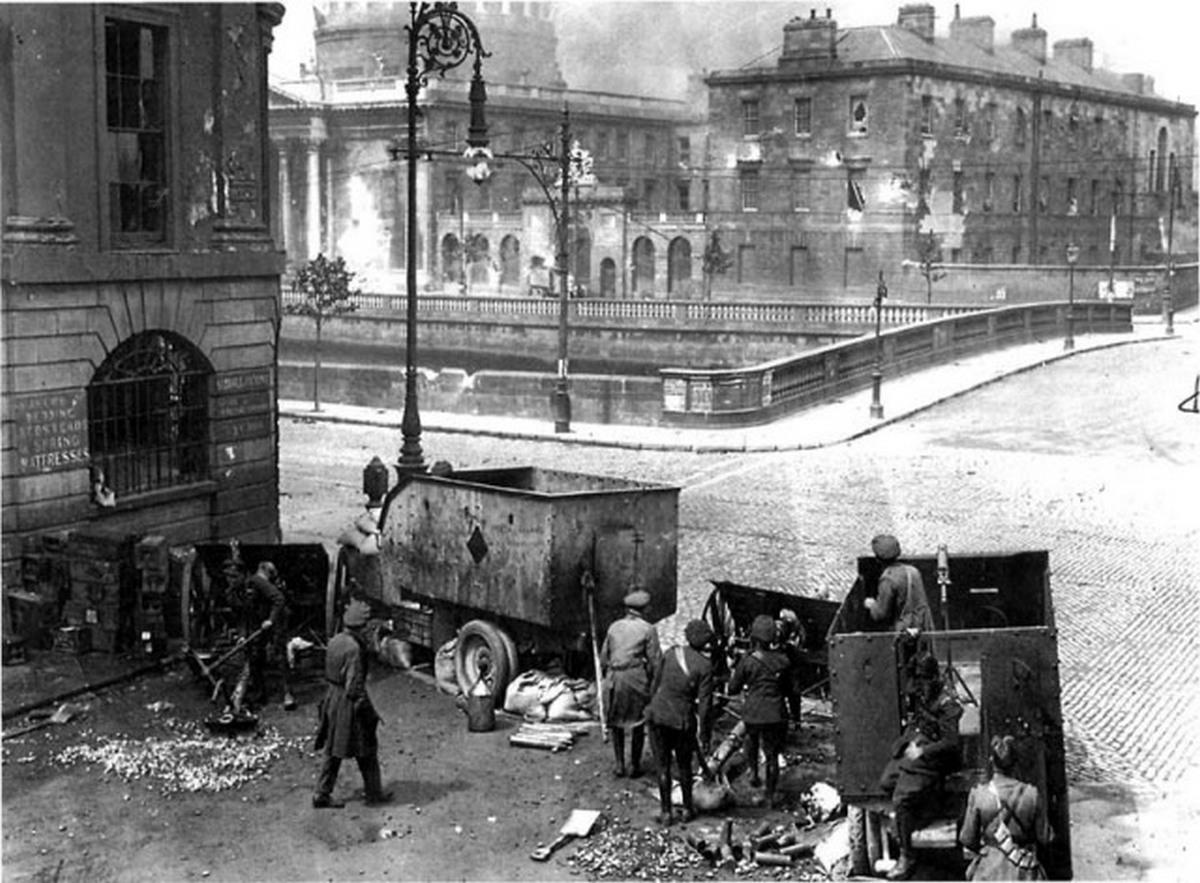 1922_ir_nemzeti_hadsereg_lovi_a_four_courts_epuletet_dublinban.jpg