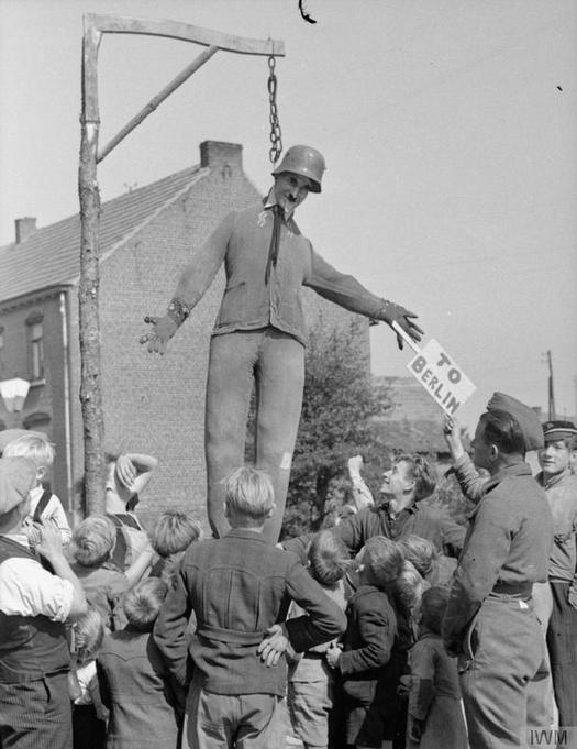 1944_szeptember_felszabaditott_belga_falu_lakoi_hitlert_akasztjak.jpg