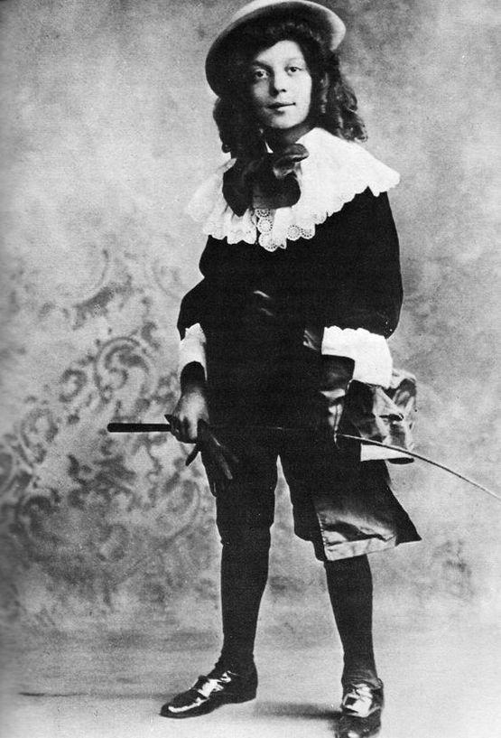 1906_buster_keaton_gyermekkent_lord_fauntleroy_szerepeben_az_egyik_ritka_foto_keatonrol_amin_mosolyog.jpeg
