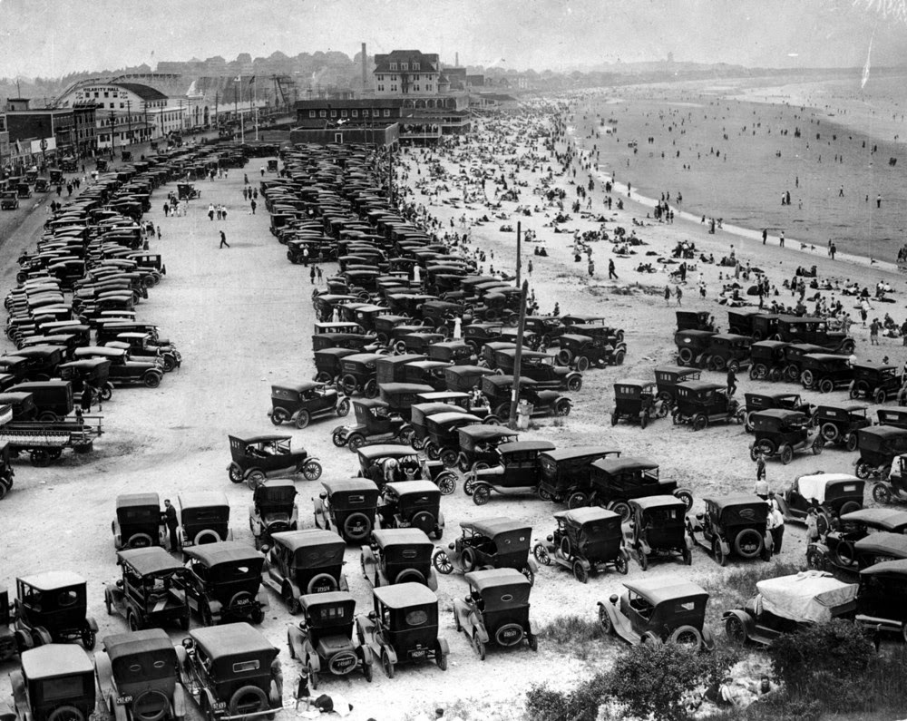 1920_parkolo_autok_a_tengerparton_nantasket_beach_massachusetts_usa.jpeg