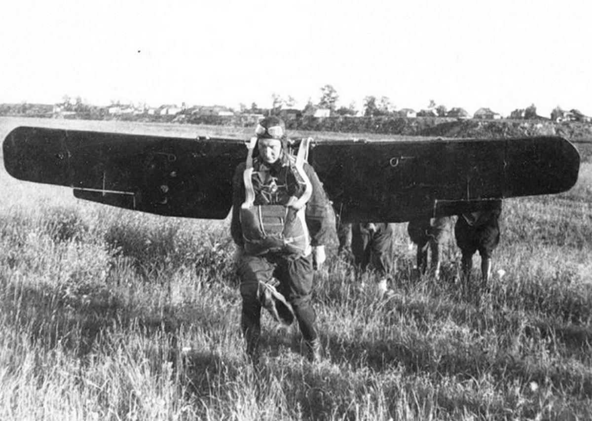 1935_sikloszarnyakat_tesztel_egy_szovjet_ejtoernyos_a_muanyagok_megjelenese_elott_csak_nehez_fa-_vagy_femszarnyakkal_dolgozhattak_cr.jpg