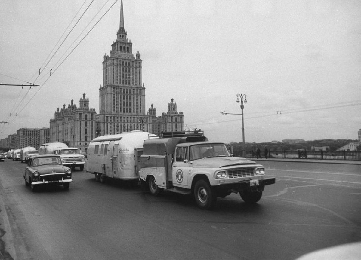 1964_amerikai_turistak_lakokocsijaikkal_moszkvaban.png