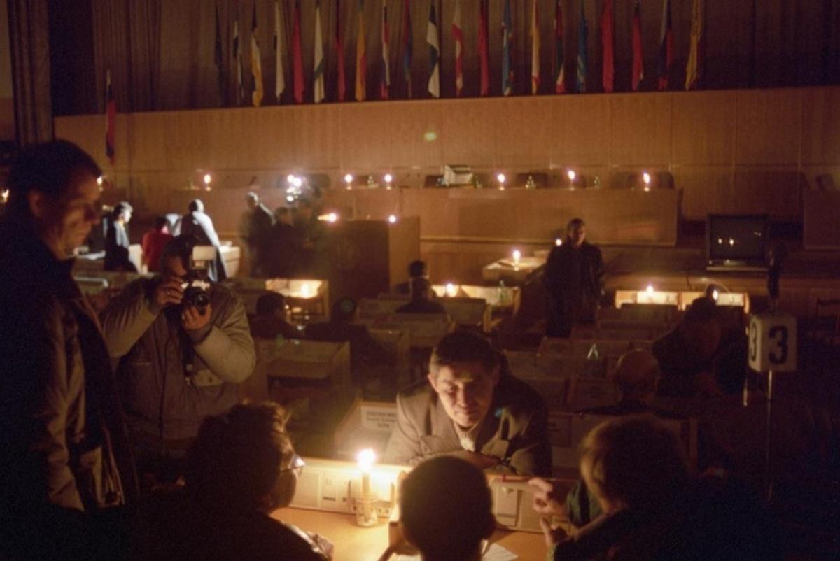 1993_november_a_borisz_jelcin_elnokkel_szembeszegulo_kepviseloket_a_parlament_epuleteben_elszigeteltek_munkajuk_akadalyozasara_az_elektroos_aramot_es_a_futest_is_lekapcsoltak_kesobb_jelcin_fegyverrel_oszlatta_fel_oket.jpeg