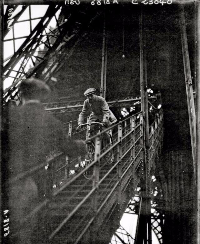 1923_pierre_labric_ujsagiro_biciklizik_lefele_az_eiffel-toronybol.jpg