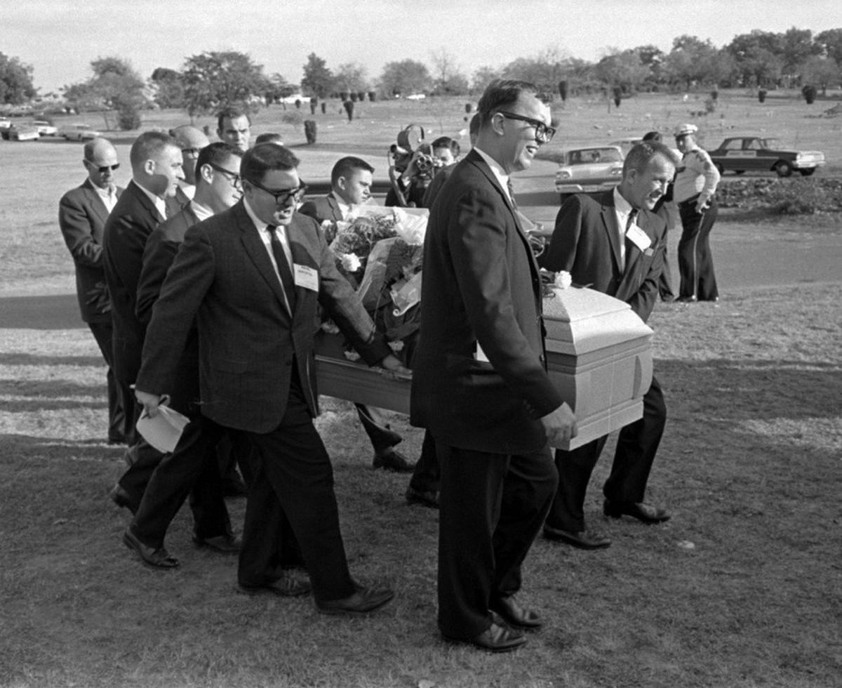 1963_november_25_lee_harvey_oswald_hivatalos_allaspont_szerint_john_f_kennedy_elnok_gyilkosanak-_temetese_rose_hill_temeto_fort_worth_texas_emebr_hijan_ujsagirok_vittek.jpg