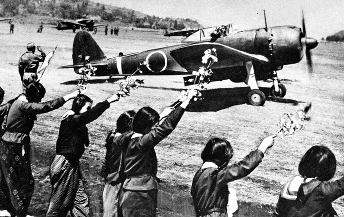 1945_japan_iskolaslanyok_integetnek_a_felszallo_kamikaze_pilotanak.jpg