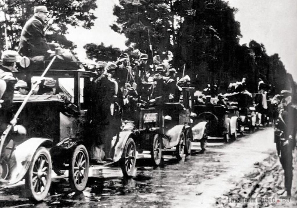 1914_a_francia_fovarostol_eszakra_fekvo_siksagra_hatszaz_darab_parizsi_taxit_rendeltek_amelyek_egy_nap_alatt_hatezer_gyalogost_szallitottak_az_eszakkeleti_frontvonalakhoz_hogy_megerositsek_a_brit_es_francia_seregeket.jpeg