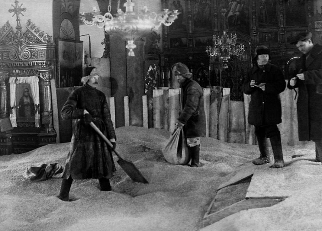 1920-as_evek_magtar_egy_bolsevikok_altal_felszamolt_ortodox_templomban_a_szovjetunioban.jpeg