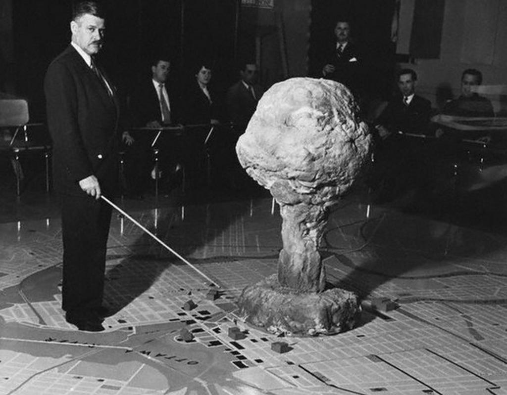 1952_arthur_croteau_a_kanadai_hadsereg_alezredese_mutatja_a_lehetseges_hatasat_egy_nuklearis_robbanasnak_ottawa_felett.png