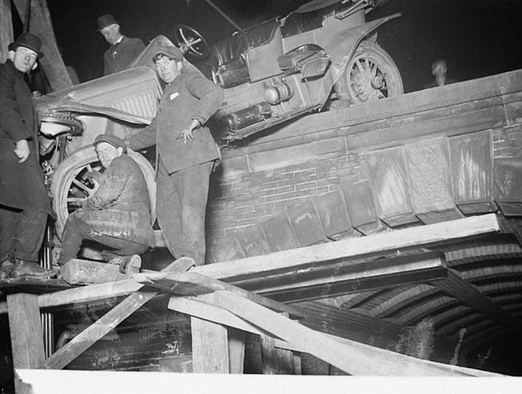 1910_egy_balesetet_szenvedett_auto_mentese_a_new_york-i_central_park_egyik_hidjan.jpg