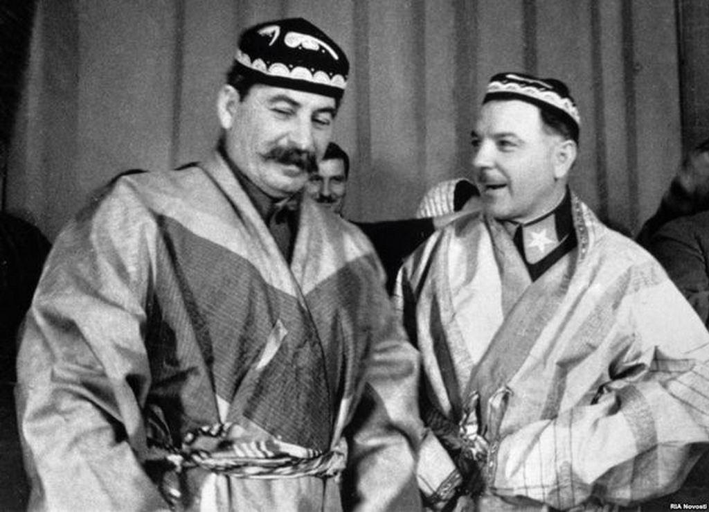 1935_sztalin_es_vorosilov_ajandek_turkmen_nepviseletben_az_ossz-szovjet_gazdasagok_vezetoinek_talalkozojan_moszkvaban.jpg