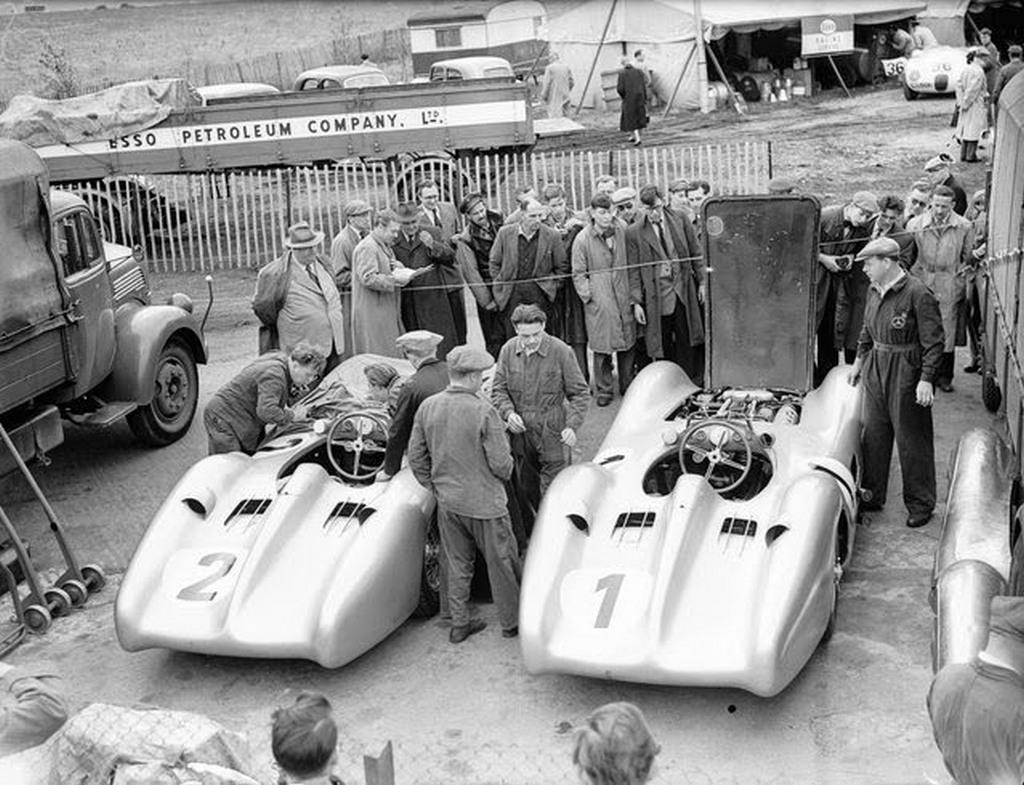 1954_mercedesek_a_silverstone-i_versenypalyan.jpeg