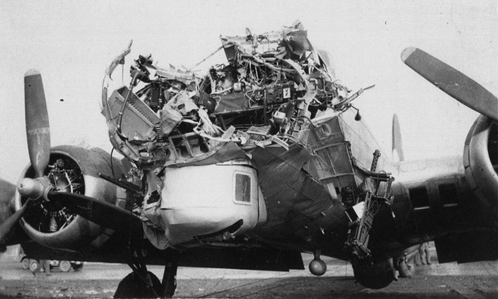 1944_oktober_15_legvedelmi_tuzben_sulyosan_serult_amerikai_b-17-es_bombazo_koln_bombazasabol_visszterve_a_nuthampsteadi_repteren.jpg