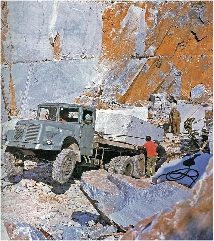 1960-as_evek_egy_tulterhelt_csehszlovak_tatra_t111-es_egy_olasz_marvanybanyaban2.jpg