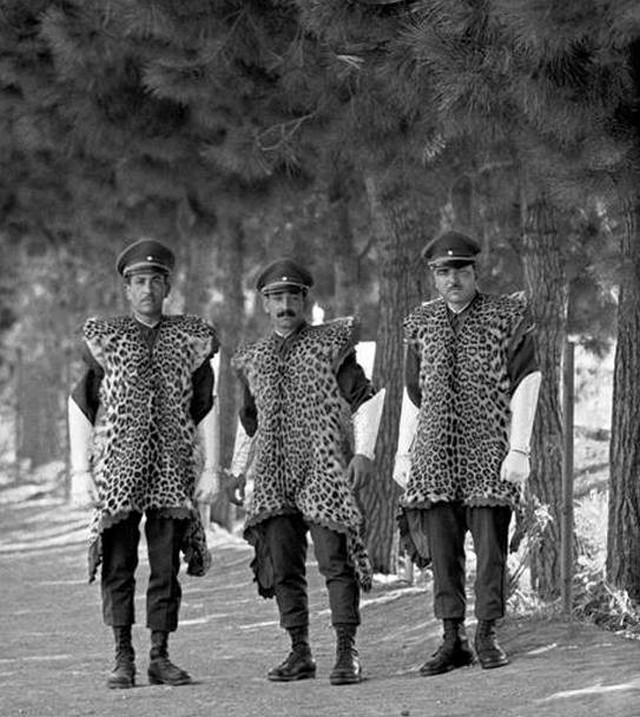 1960_reza_pahlavi_irani_sah_elit_orezredenek_leopardbor_viselete.jpeg