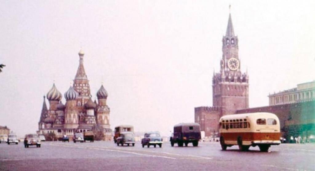 1960_1963-ig_autok_is_kozlekedtek_a_moszkvai_voros_teren.jpeg