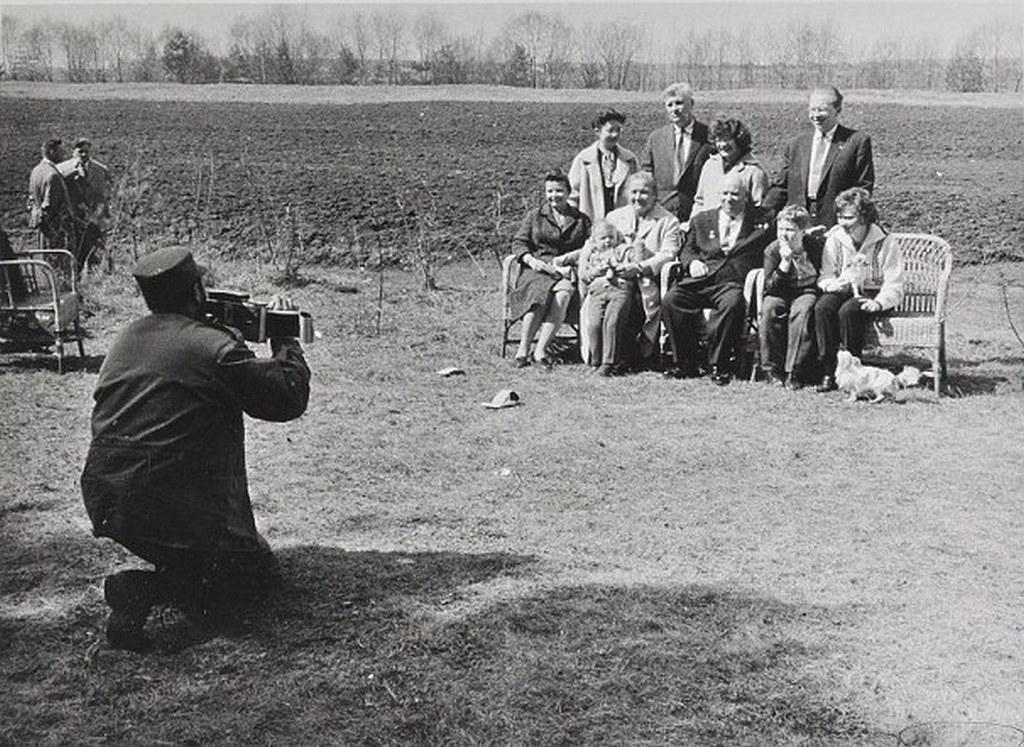 1963_fidel_castro_a_szovjetunioban_tett_latogatasa_alkalmaval_polaroid_kameraval_fenykepezi_hruscsov_fotitkart_es_csaladjat.jpeg