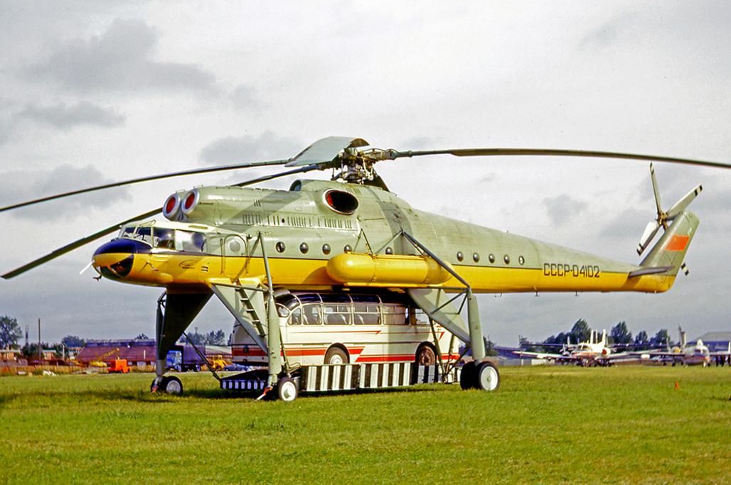 1965_mil_mi-10_szallito-helicopter_bemutatoja_az_1965-os_parizs_air_show-n_egy_laz_busszal_a_hasa_alatt.jpg