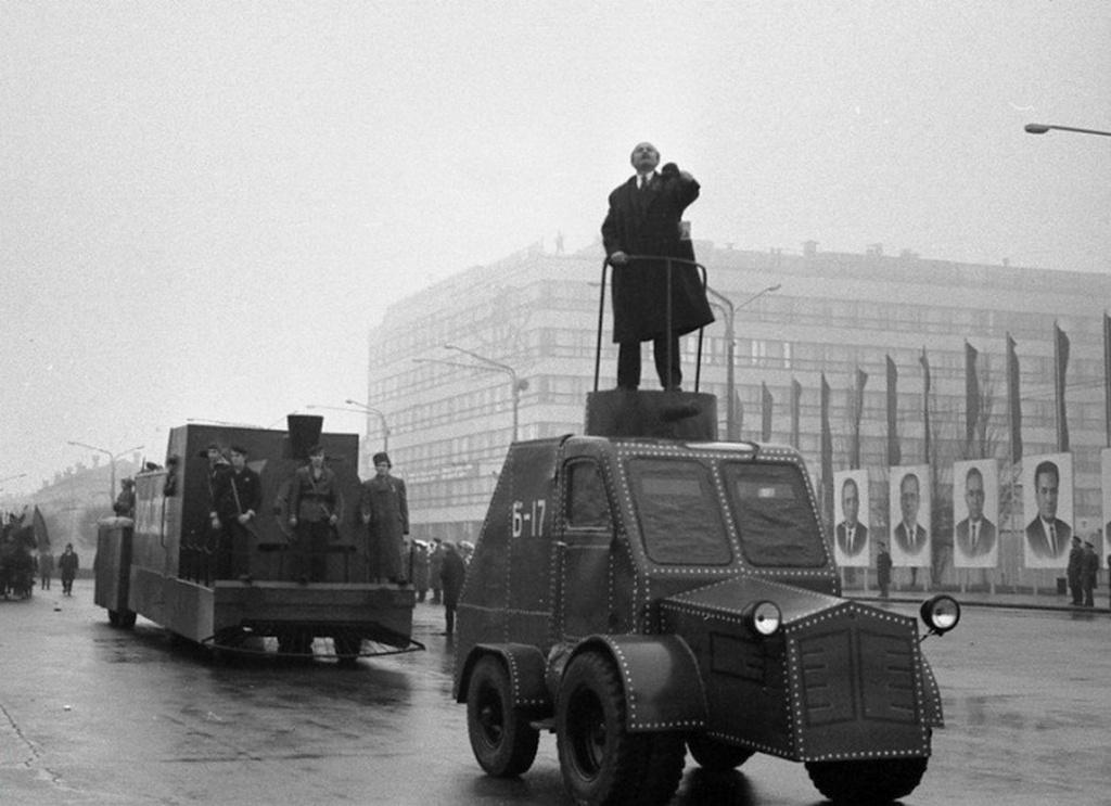 1970_november_7-i_felvonulas_zsaporozsje-ben_lenin-imitatorral_es_ugyancsak_imitalt_pancelautoval_vajon_milyen_gep_lehet_a_ponyva_alatt.jpeg