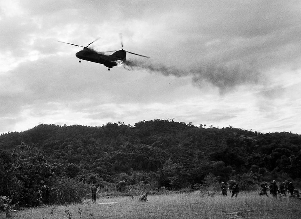 1966_ego_amerikai_ch-46_chinook_helikopter_amely_talalatot_kapott_vietnamban_alig_egy_perccel_kesobb_lezuhant_ezzel_megolve_a_fedelzeten_tartozkodo_12_katonat_es_a_pilotat.jpg