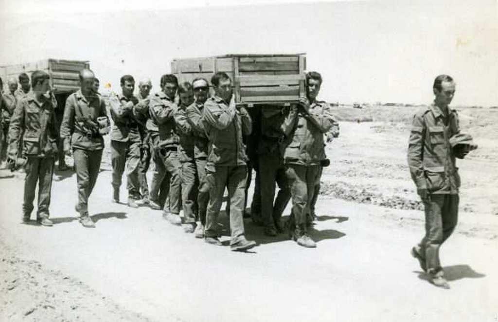 1988_majus_szovjet_katonak_halott_bajtarsaikkal_afganisztanban.jpg