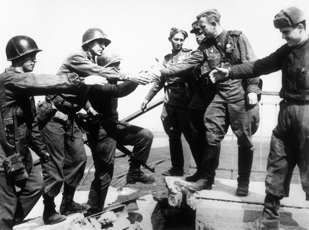 1945_elba_feletti_szovetseges-szovjet_kezfogas.jpg