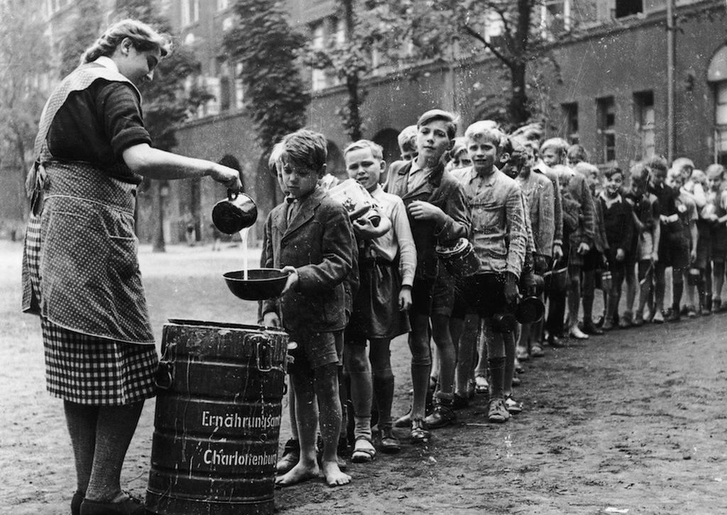 1945_gyerekek_varnak_az_ingyenebedre_egy_berlin-charlottenburgi_iskolaban_ami_vizes_tejben_fott_liszt.jpeg