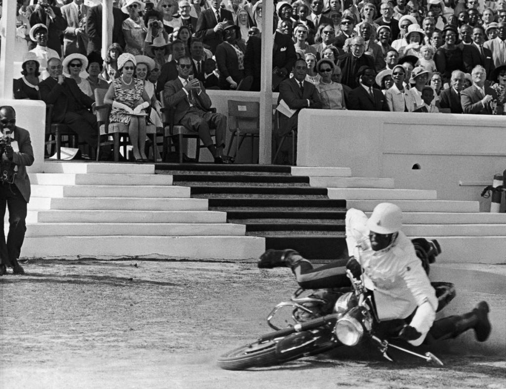 1966_egy_rendorsegi_bemutaton_esik_el_egy_motoros_rendor_a_latogatoba_erkezett_ii_erzsebet_es_fulop_herceg_elott_a_baham-szigeteken_nassauban.jpg