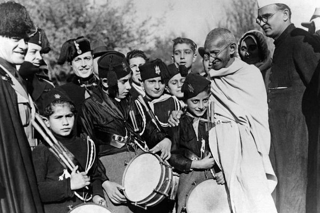 1939_mahatma_gandhi_talalkozik_fasiszta_ifjusag_olasz.jpg