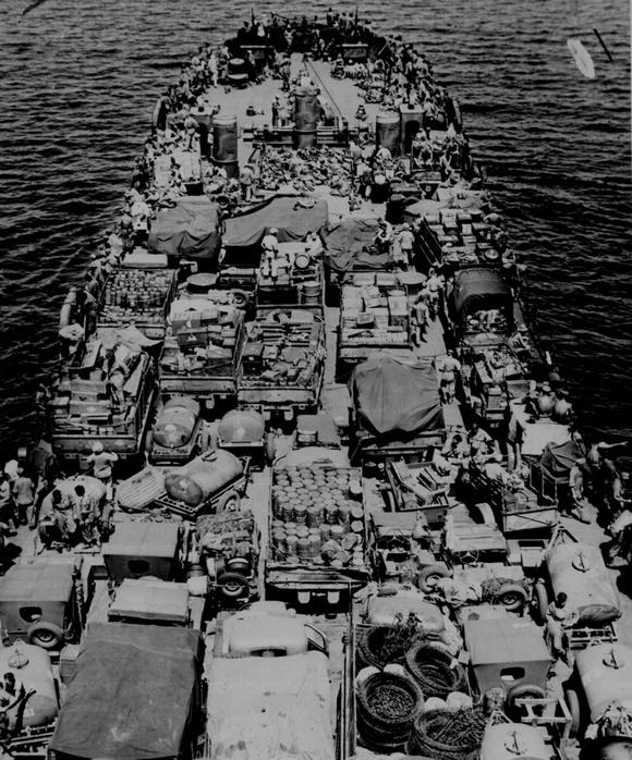 1943_december_gepkocsik_eseten_a_fedelzeten_egy_tank_partraszallo_hajo_lst-2-es_tipusu.jpeg