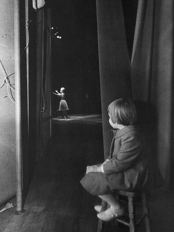 1963_six-year-old_carrie_fisher_watched_her_mother_debbie_reynolds_performing_at_the_riviera_hotel_in_las_vegas.jpg